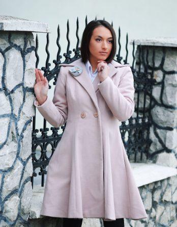 Paltonul roz de damă Orchid este croit manual în atelierele Sigma Fashion